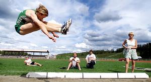 Storsjöspelen 2001. Daniel Arnsten hoppar längd. Numera är han trestegstränare åt Emelie Nyman Wänseth.