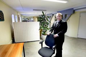 Söker personal. Ola Österberg, vd i Info One Solutions, har flera tomma stolar som väntar på hungriga säljare.