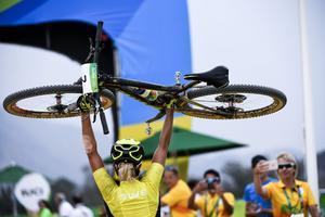 Jenny Rissveds på väg upp mot målgången och hennes OS guld i mountainbike.