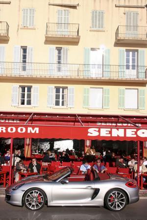 Porsche Boxster S drar blickarna till sig, till och med i Saint Tropez där invånarna är vana vid betydligt exklusivare bilar.