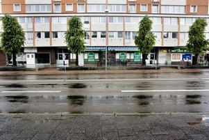 EFTERTRAKTAD. Denna lokal, restaurang Brunnsgatan 63, i husets vänstra del, är eftertraktad. Men kontraktet skrevs i tisdags under av restaurang Nordic pool group ab. Inom någon månad är det klart vad som händer med lokalerna.