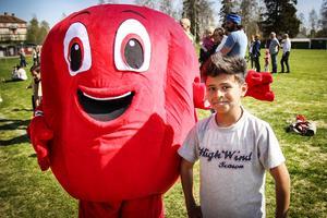 Omar tillsammans med tävlingens maskot, Rödis.