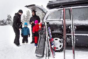 Anna-Karin Ingversen och Micke Jonsson kom till Hedebacken för en heldag i snön tillsammans med barnen Edvin och Stina.