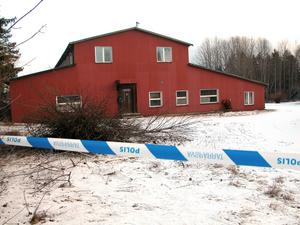 Polisen spärrade av området under tiden tekniker gick igenom fyndet.