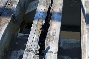 SKA BYTAS UT. De 100 träbjälkarna i den gamla bron är murkna och ska bytas ut. Renoveringen av bron på den gamla Salabanan i Valbo beräknas vara klar senare i höst.