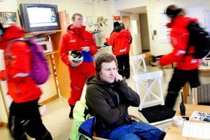 Magnus Stockenstrand har precis avslutat morgonmötet med liftvärdarna och de skingrar sig för att bege sig till Duveds olika liftar. Magnus började själv sin karriär som liftvärd vintern 1999. Några år senare vidareutbildade han sig och har sedan dess jobbat i skidpatrullen i Åres liftsystem i princip varje vinter.