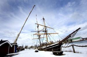 Under vintern har Briggen Gerda legat vid Gerdavarvet med nästan hela riggen nedtagen. Igår inleddes arbetet med att åter rigga briggen.
