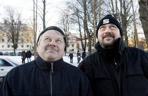 sorg. Bockbyggarbasen Håkan Ollikkala och Bockkommitténs ordförande Kurt Lagerholm tyckte att det var sorgligt att bocken brann upp.