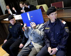 73-årige Josef Fritzl gömmer sitt ansikte bakom en blå pärm i domstolen i österrikiska St Pölten.Foto: Scanpix