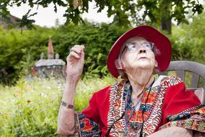 """Medvetet val av det vilda. Trädgården speglar Eva Glas livsfilosofi. """"Det är liv i allt som växer"""", säger hon."""
