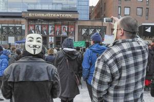 Ett par av deltagarna hade på sig Guy Fawkes-masker. En mask som har blivit en symbol för motstånd mot förtryck och totalitärism.