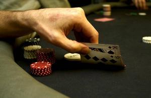 Texas Holdem är det populäraste pokerspelet. Eftersom korten delas ut helt slumpmässigt försöker varje spelare att kontrollera pottens storlek baserat på vilken hand man har.