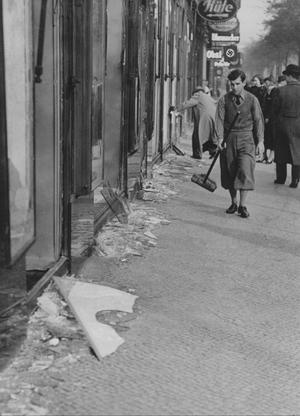 Berlin1938.11.10: Judiska affärsinnehavare sopar trottoaren ren från glas