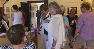 Många ville se Yvonne Ohlsson-Söderholms akvareller under vernissagen i söndags.