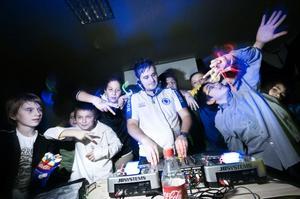 Det gick utmärkt att hänga med DJ:n vid mixerbåset, som det här gänget.