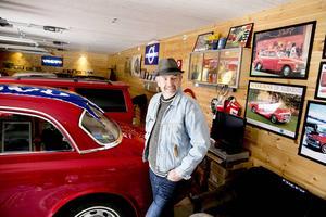 I höstas stod Hans-Erik Sundströms nya femdörrarsgarage klart. Här samlar han bilar, bilprylar och andra nostalgiföremål.