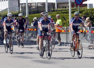 Eric Folebäck, Carl Svensson-Lehnér och Christer Alm från Örebrocyklisterna går i mål efter nio timmar och 15 minuter.