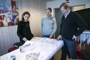 Sara Tigerström Monfelt, mediechef för skid-VM, tillsammans med Henrik Wilsson och Jakob Bjurström från SVT, tillsammans med massor av skisser och ritningar över tv-planeringen.