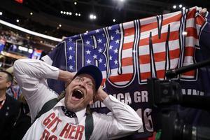 Delegaten Jake Byrd från Kalifornien och New York delegaten Bob Hayssen med en Trumpflagga.