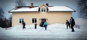 – Vi är inte vana att spela inför publik, säger 18-årige Viktor Elderby som spelar bandy med Joar Michanek, Kristoffer Loo, Tor Vallo och Emil Elderby.