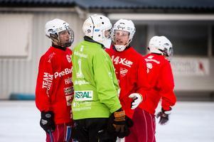 Målvakten Henrik Öberg, HAIK, hade en jobbig eftermiddag på Gärdehov. Här snackar han ihop sig med Markus Norberg, nummer 6, och Lucaz Söderberg, nummer 14.