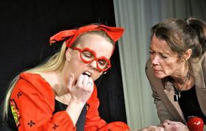 Laila Sandqvist och Louise Olofsson diskuterar lämpliga jobb på Arbetsförnedringen.