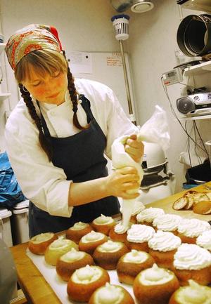 Nathalie Persson, bagare på Storhogna högfjällshotell, har laddat med semlor i stora lass fettisdagen till ära.  Foto: Sandra Högman