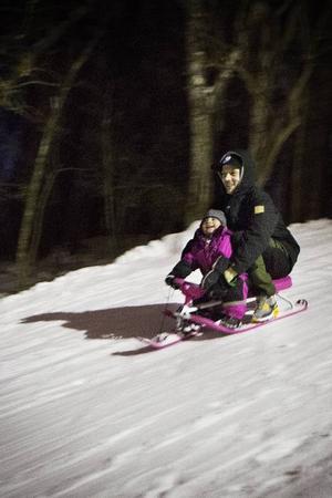 Lars Larsson åkte i kälkbacken med sin dotter Olivia, 2 år gammal.