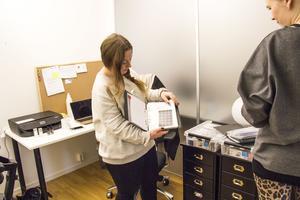I ett litet kontorsrum i ett hus intill Globen i Stockholm har Emelie och Amanda basen för sitt nagelföretag ITA - Im the Artist AB.