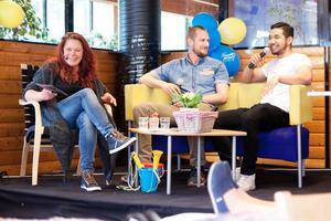 Mikael Frentz, OKQ8 och Yutethor Oum, kallas Rai, med konferenciern Julia Rosqvist. Studenternas företagsfrukost 2016.