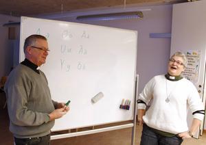 Bo Hansson, präst i Timrå församling, och Irene Andersson, diakon, håller i svenskundervisningen för asylsökande och de beskriver det som roliga träffar.