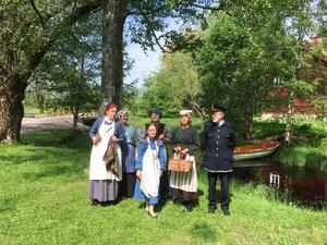 Några av de medverkande i de filmer som skildrar livet i Gamla byn för cirka 100 år sedan. Från vänster Ann Björklund, Sigrid Ehrenberg, Linn Persson (i blå klänning), Eva Söderberg, Kerstin Bohlin och Lars Levahn.