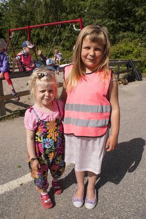Michelle Wickström, 4 och Judith Larsson, 6 dansade till Kulturskolans sommarband.