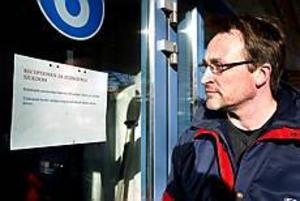 Foto: LEIF JÄDERBERG Stängt på grund av sjukdom. När Mikael Wennerstrand från Jäderfors kom till polisstationen i Sandviken i går förmiddag för att göra en polisanmälan fick han vända. När han tryckte på porttelefonen utanför fick han svar från polisen i Gävle. - Patrullen var ute, men jag kunde åka in till Gävle, berättar han.