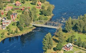 Den gamla bron mellan Holsåker och Forsgärdet är –delvis på grund av eftersatt underhåll –i mycket dåligt skick och har begränsad bärighet. Den  har skador i form av bland annat rostangrepp på huvudbärverket.