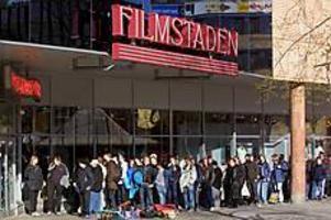 Foto: LASSE WIGERTBioväntan. Det var kö när biljetterna till den andra Star Warsfilmen släpptes klockan åtta på morgonen.