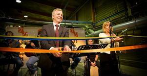 Börje Bengtsson, Setras koncernchef, och landshövding Barbro Holmberg klippte banden när Färilasågen nyinvigdes.