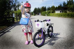 Grymt bra med en cykelkorg där man kan ha väskan när man ska ut och cykla.