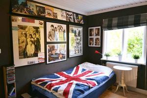 Väggen ovanför sängen är full av Beatlestavlor.