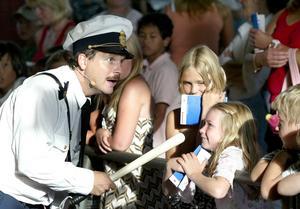 Dramatisering. Farbror polisen såg respektingivande ut med batongen i högsta hugg men var inte farlig. De medverkande agerade hela tiden med glimten i ögat. Foto:Peter Ohlsson