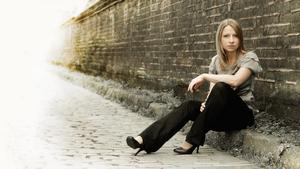 Charlotte Bray, en av de tre brittiska kompositörer vars verk spelas på Dalasinfoniettans valborgskonsert på Magasinet på söndag.