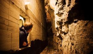 Räddningschefen i Köping, Jens Eriksson, var en av många att nyfiket granska en håla i bergrummet.