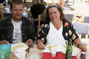 Mikael Ivarsson och Carina Danielsson tog sig ända från Långhed för att äta surströmming i Edsbyn. Det smakar bra, tycker Mikael. Årets surströmming är väldigt god, tycker Carina.