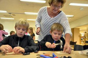 Full fart. Simon och David Hellström i full fart med lampbygget, och farmor Elisabeth Hellström hjälper till.