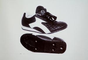 En skomodell av den här typen kopplas ihop med mordet.