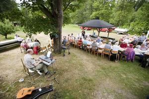 Förutom alla godsaker kunde de nästan hundra kalasdeltagarna också njuta av vackert väder och musik av Atte Hillström.
