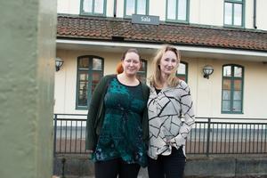 Therese Helander (till vänster) och Karin Rosén framför stationshuset i Sala där projektgruppen som jobbar med nya Ransta skola har sitt kontor.