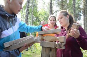 Bygger uppåt. Ett torn av träbitar som ska bli så högt som möjligt. Hanna Parkkonen, Amanda Sköld och Anna Bergh jobbar med den uppgiften med framgång.