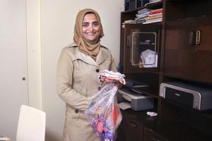 I väntan på att få besked om uppehållstillstånd hjälper Abeer Almasre andra asylsökande att lära sig sy och virka.