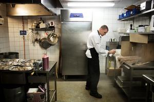 Robin Andersson arbetar för fullt i Drängens kök.